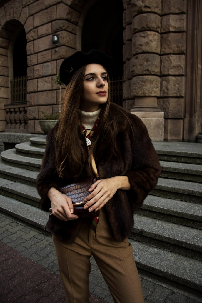 czarny beret brązowe futro czarny beret