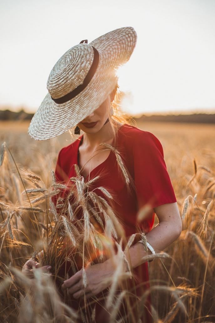 kapelusz słomkowy, czerwona sukienka Karolina Maras