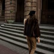 czarny beret
