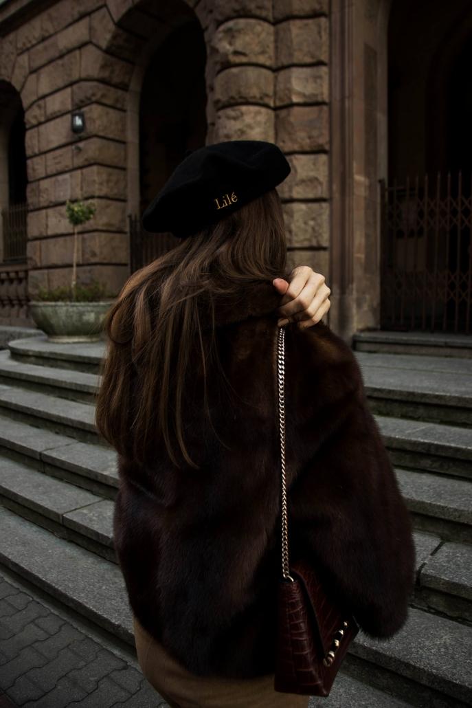 czarny beret, brązowe futro
