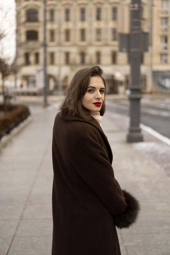 brązowy płaszcz z futrem kremowy szalik