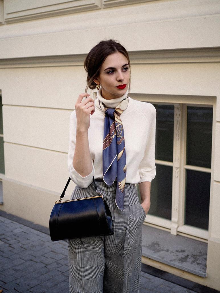damskie spodnie w kratę, biały golf, apaszka