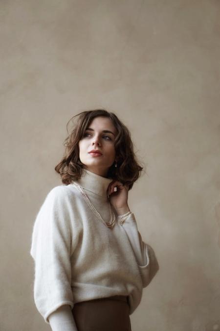 biały golf, perły, spódnica Max Mara, garderoba kapsułowa