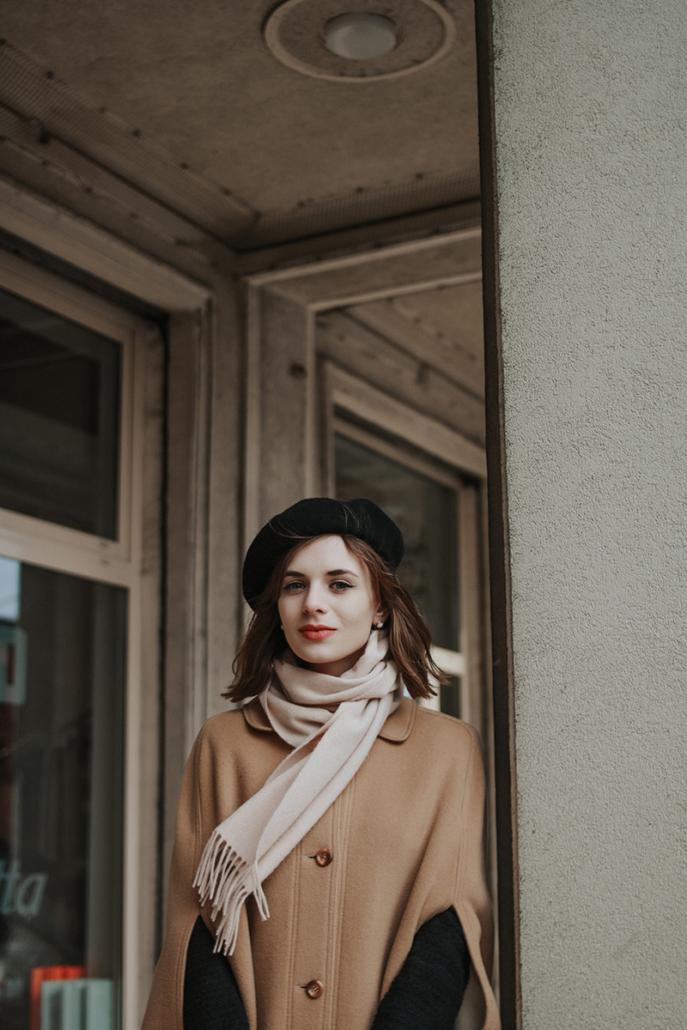 beżowa peleryna vintage, Karolina Maras