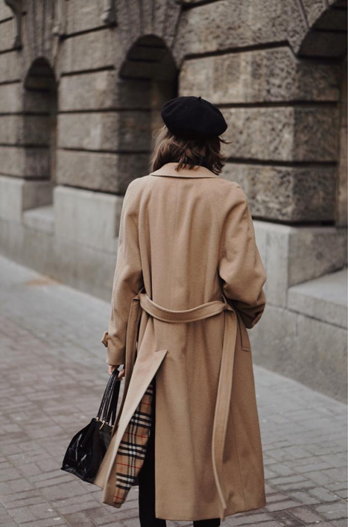 beżowy zimowy płaszcz burberry i czarny beret, Karolina Maras
