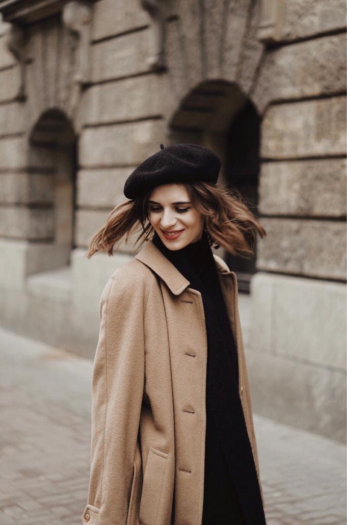 beżowy płaszcz i czarny beret, Karolina Maras