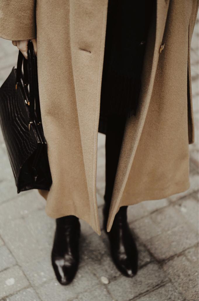 czarna torebka krokodyl, beżowy płaszcz, czarne botki, Karolina Maras