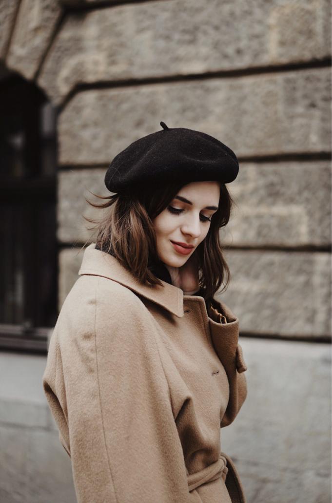 beżowy płaszcz burberry, czarny golf, Karolina Maras
