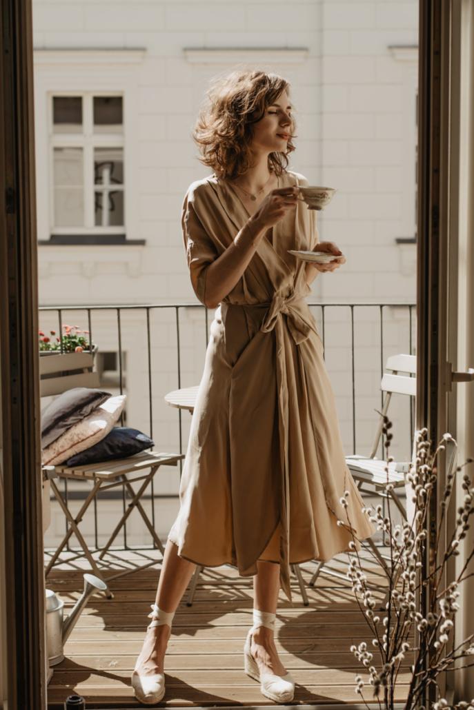 beżowa sukienka, espadryle na koturnie, Karolina Maras