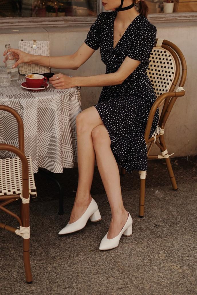 sukienka granatowa madelle, Karolina Maras, białe czółenka