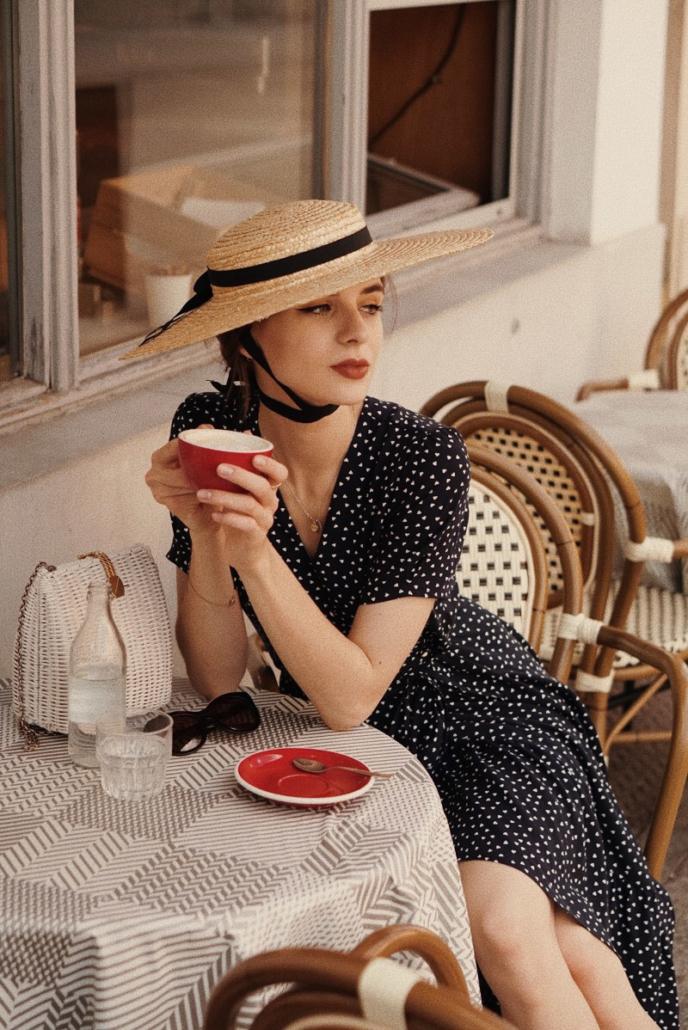 kapelusz z kokardą, sukienka granatowa madelle, Karolina Maras